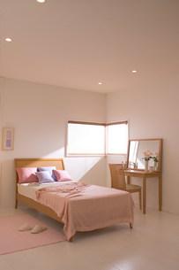 ベッドのある部屋の写真素材 [FYI03951758]