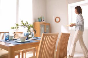 テーブルと女性の写真素材 [FYI03951818]