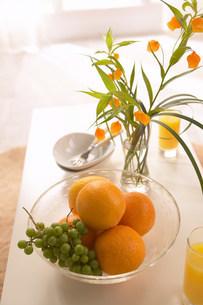 テーブルの上の花と果物の写真素材 [FYI03951888]