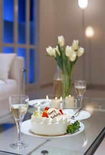 バースデーケーキの乗ったテーブルの写真素材 [FYI03951905]