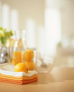 タオルの乗ったテーブルの写真素材 [FYI03952012]