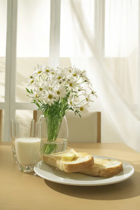 花が飾られたテーブルの写真素材 [FYI03952031]
