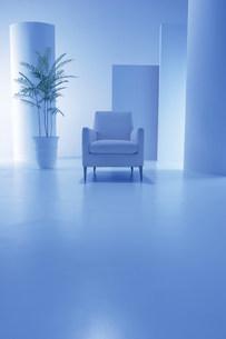 白いソファーの青い空間の写真素材 [FYI03952148]