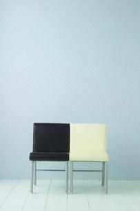 白と黒の椅子のある空間の写真素材 [FYI03952153]
