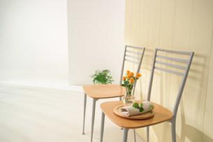 壁と二脚の椅子の写真素材 [FYI03952160]