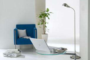 パソコンの乗ったテーブルと青い椅子の写真素材 [FYI03952171]