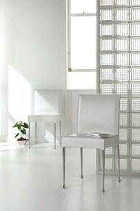 白い椅子のある部屋の写真素材 [FYI03952183]