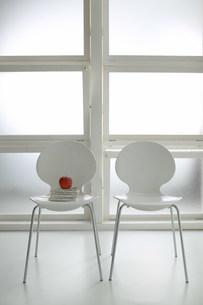 白い二脚の椅子の写真素材 [FYI03952186]