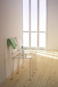 椅子のある壁の写真素材 [FYI03952195]