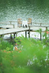 水辺のテーブルの写真素材 [FYI03952247]