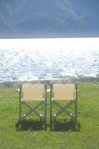水辺の椅子の写真素材 [FYI03952254]