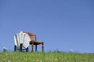 草原の中の椅子とテーブルの写真素材 [FYI03952262]
