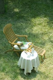 上から見下ろす木陰の中の椅子の写真素材 [FYI03952301]