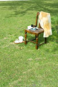 木陰の中の椅子の写真素材 [FYI03952302]