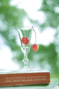 グラスの中のさくらんぼの写真素材 [FYI03952330]