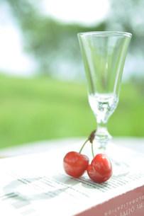 グラスと二つのさくらんぼの写真素材 [FYI03952331]