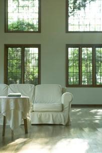 窓辺のソファーの写真素材 [FYI03952376]