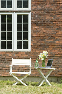 外壁の側の椅子とテーブルの写真素材 [FYI03952392]