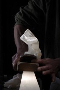 木材にかんなをかける手元の写真素材 [FYI03952427]