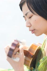 ウクレレを弾く女性の写真素材 [FYI03952590]