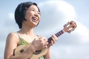 ウクレレを弾く女性の写真素材 [FYI03952591]