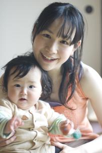 お母さんと抱かれる赤ちゃんのポートレートの写真素材 [FYI03952597]