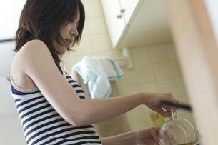 台所でお茶を入れる女性の写真素材 [FYI03952602]