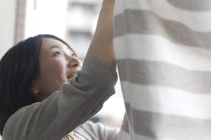 タオルを干す女性の写真素材 [FYI03952605]