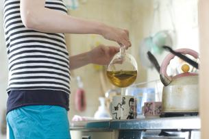 台所でお茶を入れる女性の手元の写真素材 [FYI03952606]