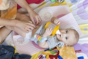 オムツを変えてもらう赤ちゃんの写真素材 [FYI03952639]