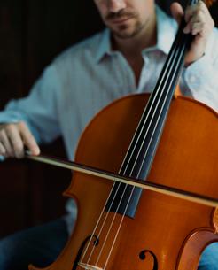 チェロを弾く外国人男性の写真素材 [FYI03952652]
