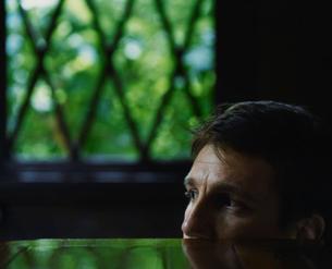 机越しに覗いている外国人男性の写真素材 [FYI03952653]