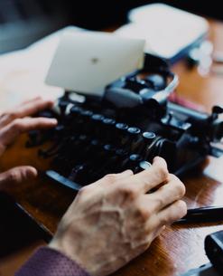 タイプライターを打つ外国人男性の手の写真素材 [FYI03952663]