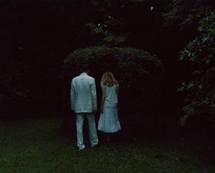 庭で探検している外国人のカップルの写真素材 [FYI03952665]
