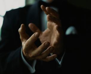 タキシード姿の外国人男性のジェスチャーの写真素材 [FYI03952671]