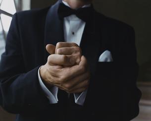 タキシード姿の外国人男性のジェスチャーの写真素材 [FYI03952672]