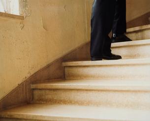 階段を下りるタキシード姿の外国人男性の足の写真素材 [FYI03952675]