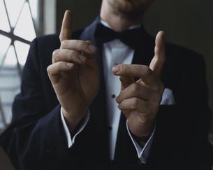 タキシード姿の外国人男性のジェスチャーの写真素材 [FYI03952676]
