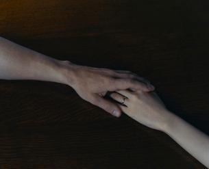 机で手を握りあう外国人のカップルの写真素材 [FYI03952678]