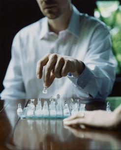 チェスをする外国人男性の手の写真素材 [FYI03952679]