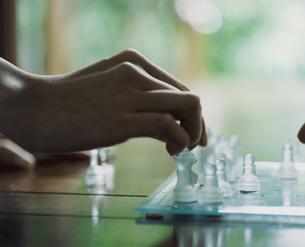 チェスをする外国人女性の手の写真素材 [FYI03952680]