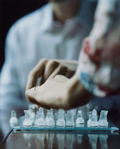 チェスをする外国人女性の手の写真素材 [FYI03952681]