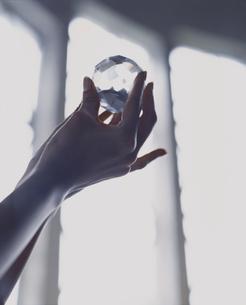 水晶を持つ外国人女性の手の写真素材 [FYI03952682]