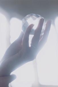 水晶を持つ外国人女性の手の写真素材 [FYI03952683]