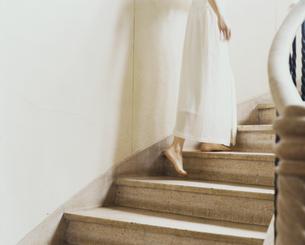 階段を上る女性の後姿の写真素材 [FYI03952688]