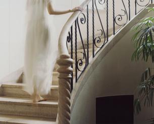 階段を上る女性の後姿の写真素材 [FYI03952691]