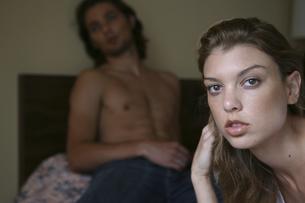 モーテルのベッドでくつろぐ男性と女性の写真素材 [FYI03952704]