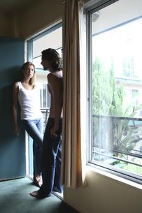 モーテル入口に立つ男性と女性の写真素材 [FYI03952716]