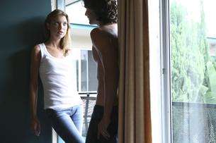 モーテル入口に立つ男性と女性の写真素材 [FYI03952718]