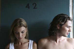 モーテル入口に立つ男性と女性の写真素材 [FYI03952720]